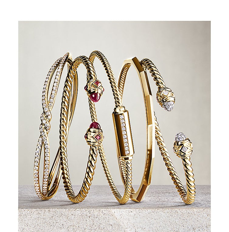 Bracelets in 18K yellow gold with diamonds and garnet.