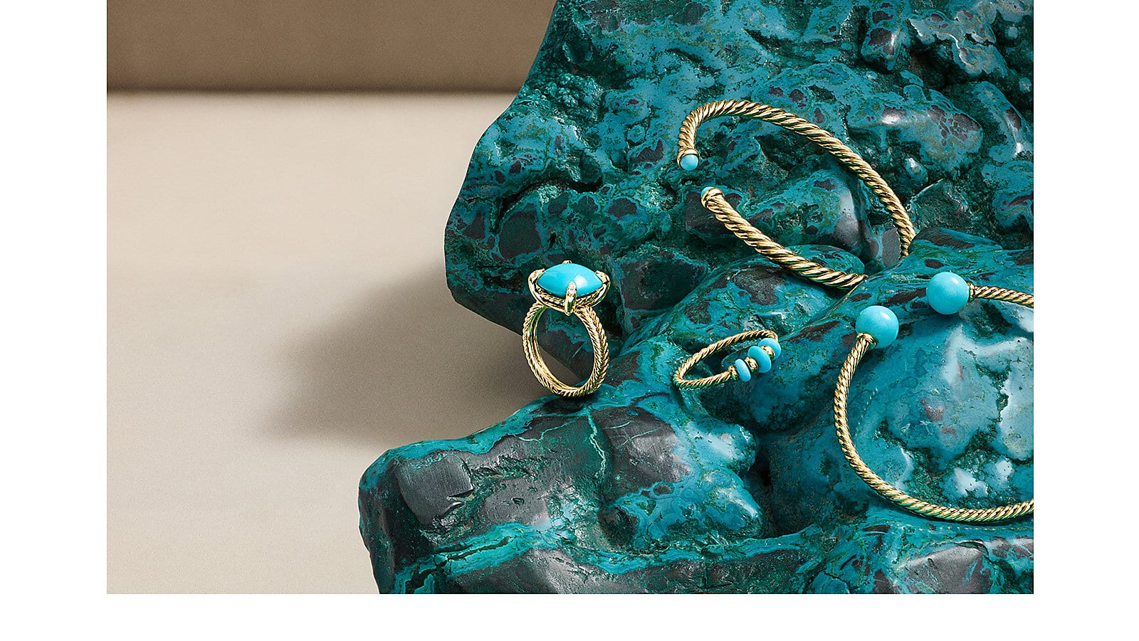 Jewelry in 18K yellow gold with turquoise.