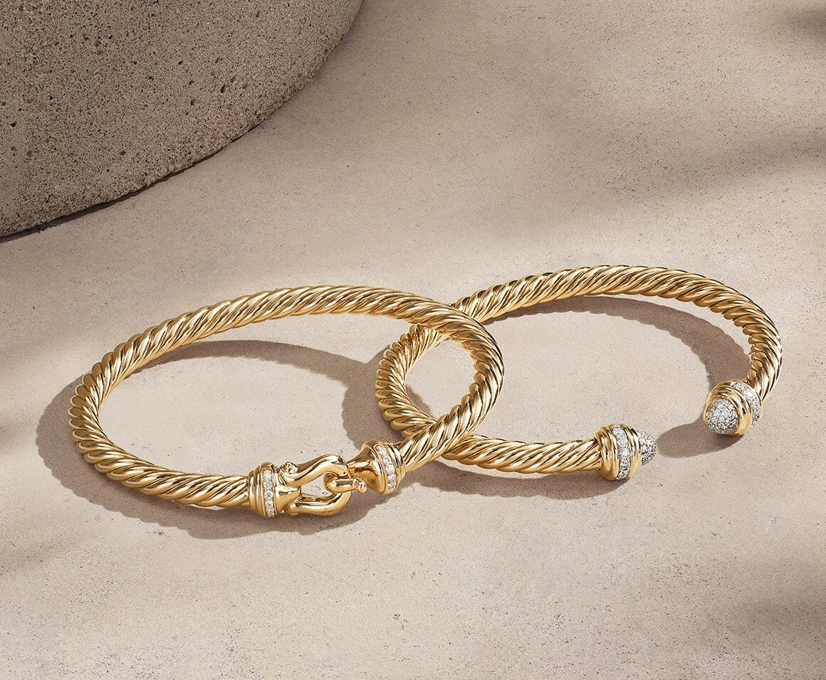 Bracelets David Yurman The Cable Collection® en or jaune 18 carats avec pavage de diamants sur de la pierre rose pâle à relief avec des ombres allongées.