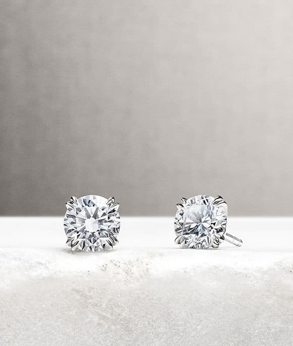 Stud earrings in 18K white gold with diamonds on a stone.