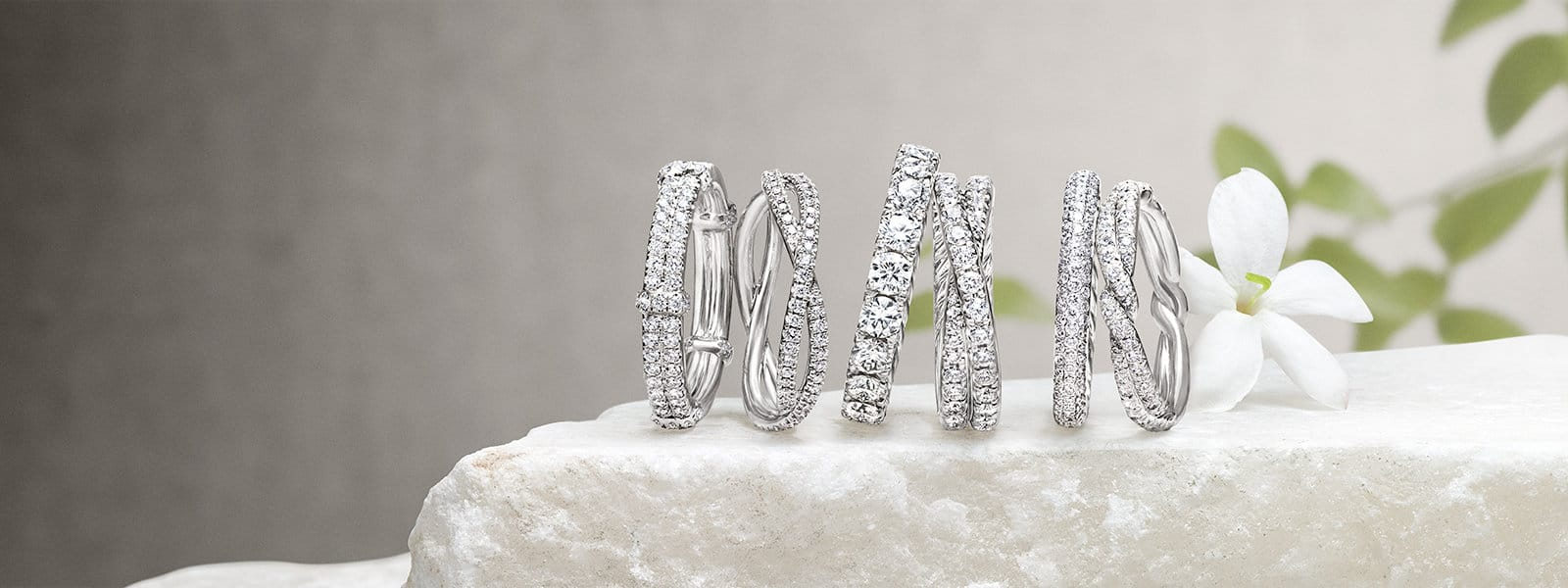 Wedding bands in platinum with diamonds on a stone with jasmine flowers.