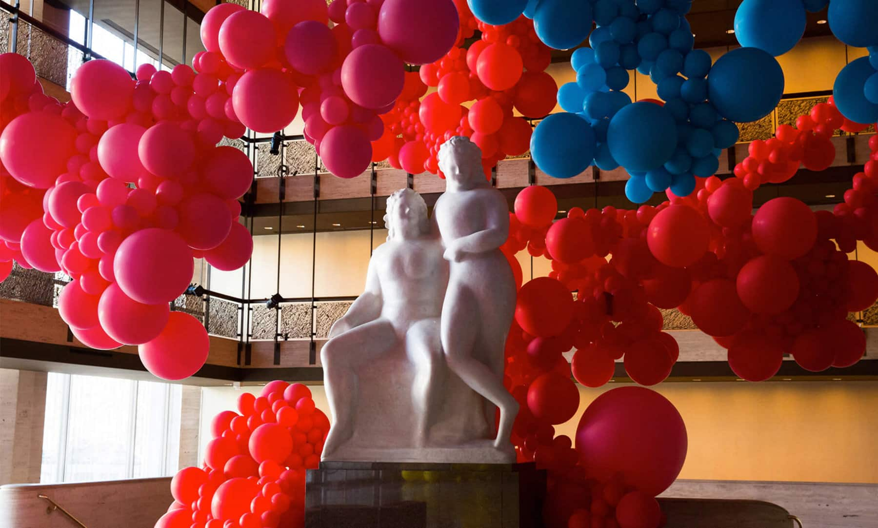 Photo en couleur de sculptures en ballons par Geronimo dans le Lincoln Center pour la série artistique 2018 du New York City Ballet.